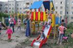 В Елабуге устанавливают детские площадки