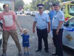 «Ребенок задыхался, он был весь красный и мокрый»: в Казани прохожие и сотрудники ГИБДД спасли малыша, запертого в жару в машине