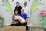 Елабужской семье вручили первый подарочный комплект для новорожденного