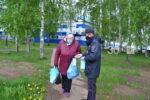 В Елабуге полицейские бесплатно передали маски горожанам