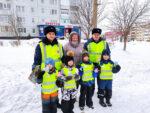 В руках цветы: сотрудники ГИБДД поздравили женщин-водителей с 8 марта